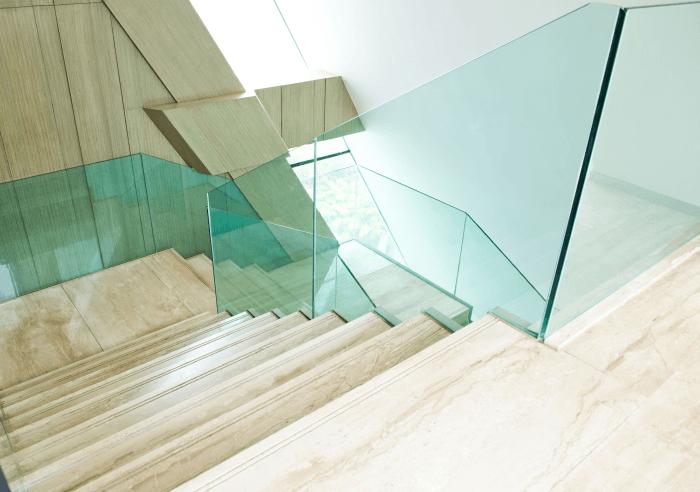 Zdjęcie balustrady schodowej wykonanej całkowicie ze szkła