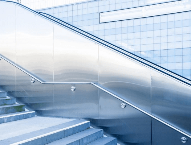 Balustrada chromowana przy jednym z wejść do Warszawskiego metra