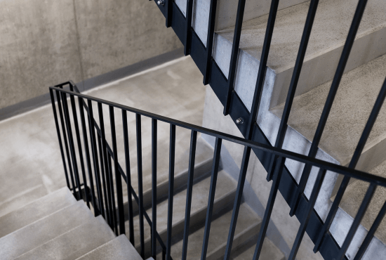 Na zdjęciu widać balustradę schodową w Warszawskim bloku