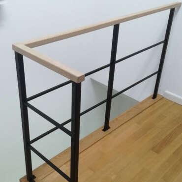 metalowe oparcie wewnętrzne przy schodach