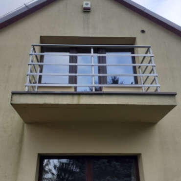 bariera na balkon z płaskowników w domu niedaleko Warszawy