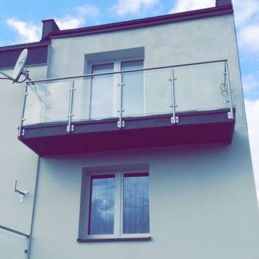 szklane zabezpieczenie na balkon w domu pod Warszawą