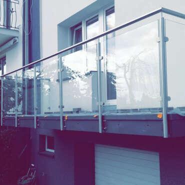 nowoczesna balustrada ze szkłem na taras