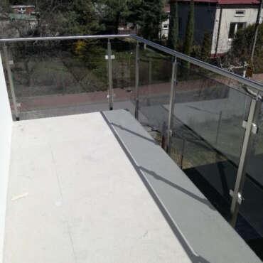nierdzewno szklana barierka balkonowa na przedmieściach Warszawy