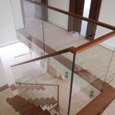 barierka zabezpieczająca wykonana ze szkła