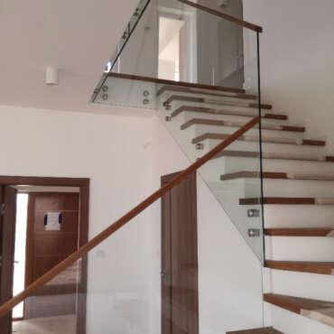 całoszklana balustrada z drewnianymi elementami