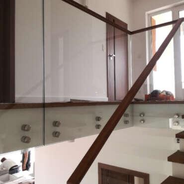 barierka schodowa ze szkłem w domu jednorodzinnym niedaleko Warszawy