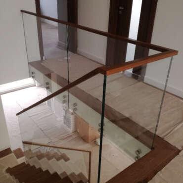 balustrada ze szkła z drewnianą poręczą