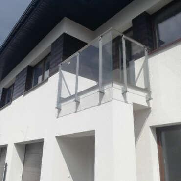 zabezpieczenie balkonu ze stali i szkła