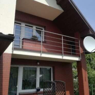 chromowana barierka do zabezpieczenia balkonu