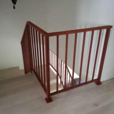 barierka na schody z drewnianą poręczą