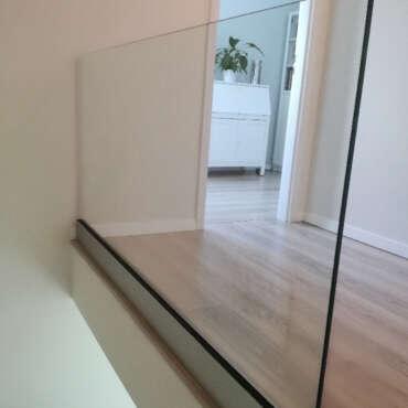 balustrada w całości ze szkła przy schodach