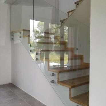 samonośne zabezpieczenie schodów ze szkła