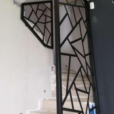 nowoczesna czarna barierka na schody