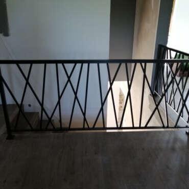czarna barierka do schodów wewnętrznych
