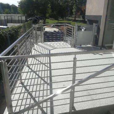 nowoczesna balustrada z nierdzewnej stali