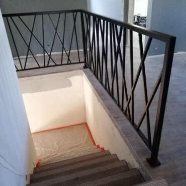 nowoczesna poręcz do schodów wewnętrznych