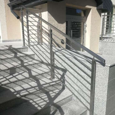 poręcz z nierdzewki na schody na osiedlu w Warszawie