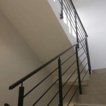 barierka stalowa na klatce schodowej