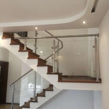 balustrada do schodów wewnętrznych wykonana ze szkła i stali nierdzewnej