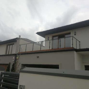 balustrada na balkon w domu na warszawskim osiedlu