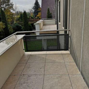 metalowa poręcz na balkon