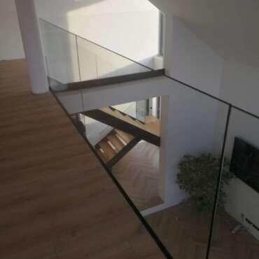 balustrady ze szkła w domu jednorodzinnym