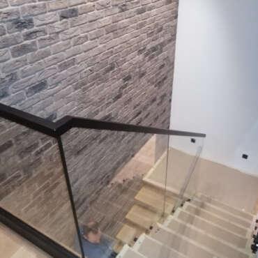 barierka szklana ze stalowymi elementami