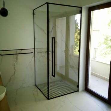 kabina prysznicowa ze szklanym wypełnieniem