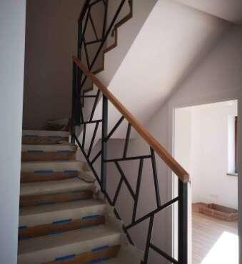 balustrada drewniano-metalowa w domu jednorodzinnym
