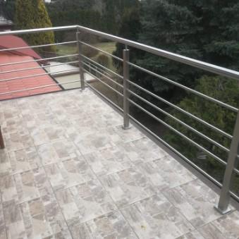 pozioma balustrada wykonana ze stali nierdzewnej