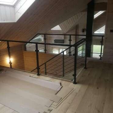 czarna balustrada schodowa z wypełnieniem ze szkła