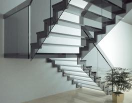 Zdjęcie przedstawia balustradę samonośną na schody